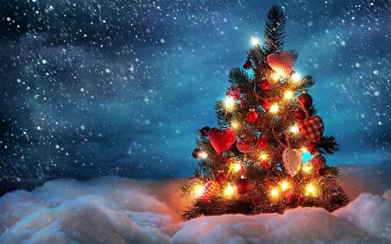 Hd Kerst Wallpaper Met Een Brandende Kerstboom En Sneeuw Kerst